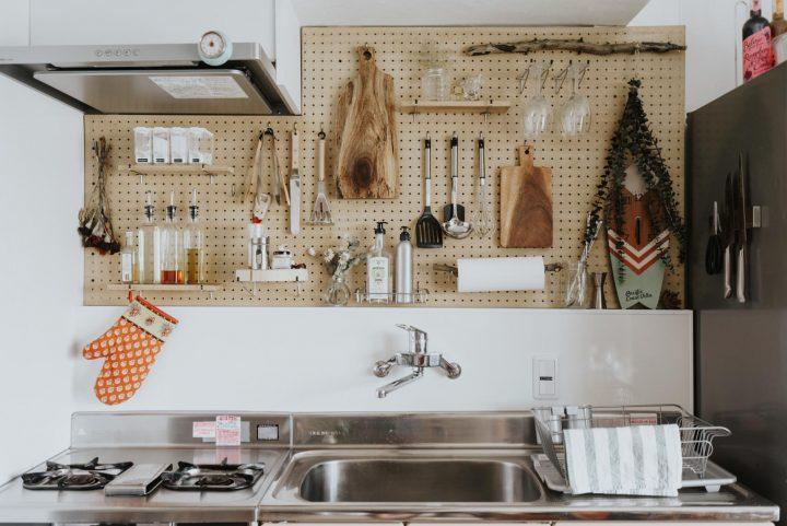 有孔ボードでキッチンの壁収納をつくる