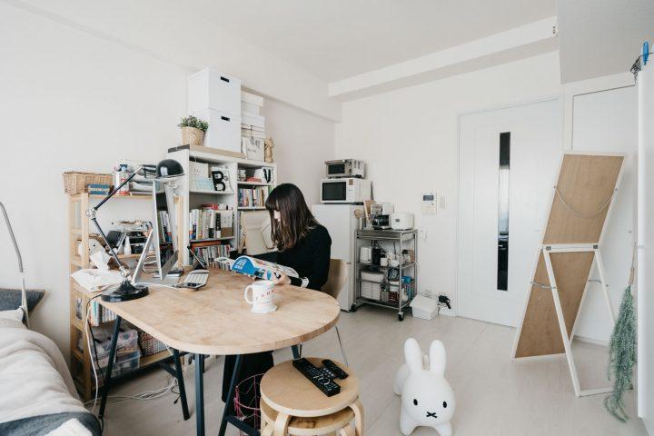 キッチン側に置くスペースがないため、居室に冷蔵庫、食器棚を置いている一人暮らしのお部屋。