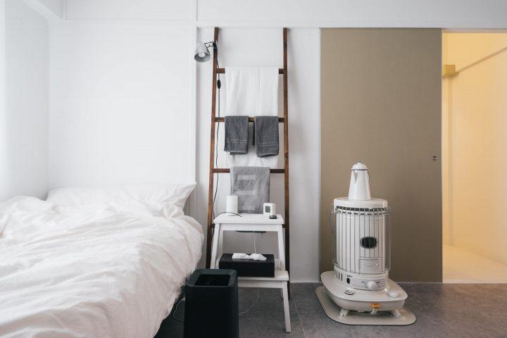 モノトーンのベッドルームインテリア