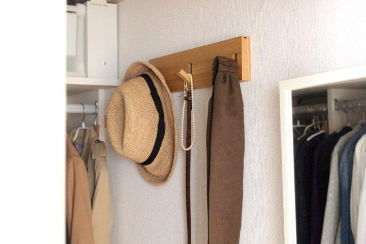 小物は「壁に付けられる家具・3連ハンガー」に2