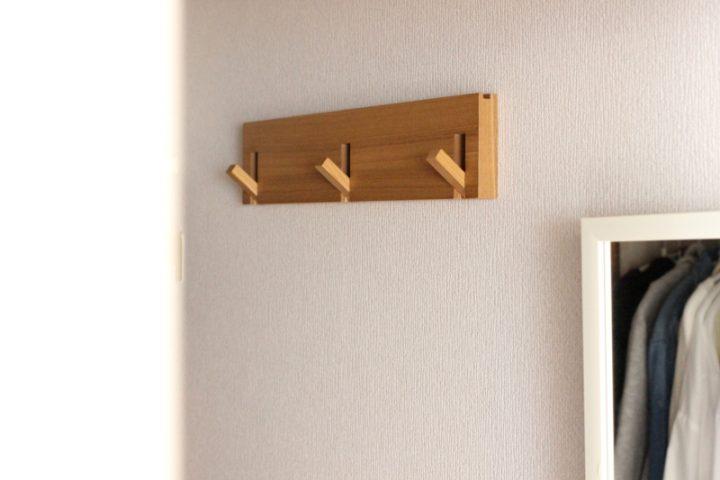 小物は「壁に付けられる家具・3連ハンガー」に