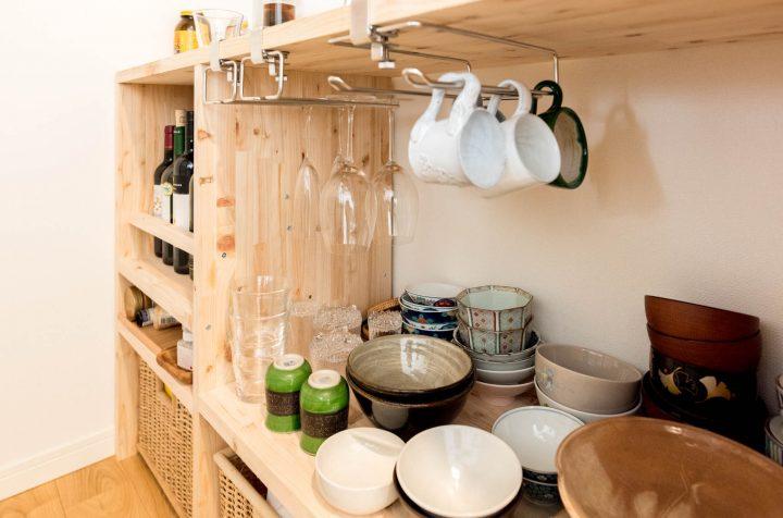 よく使う器やカトラリーは、楽天で購入した木のボックスに収納。2