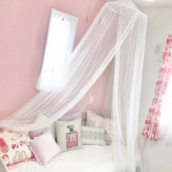 プリンセスな雰囲気の天蓋のある子供部屋
