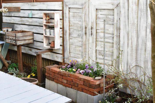 ラスティックなレンガ作りの花壇が可愛いお庭