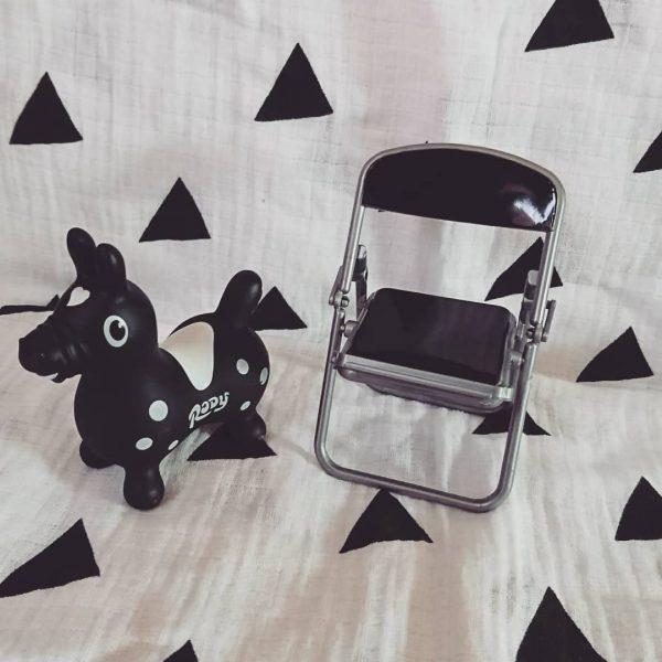 フィギュアを置いてもかわいいパイプ椅子風スマホスタンド
