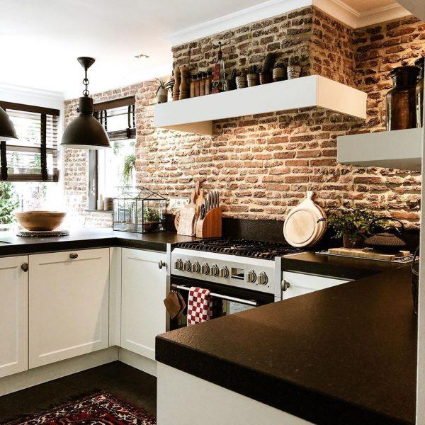 レンガ張りの壁面がおしゃれな海外風キッチン