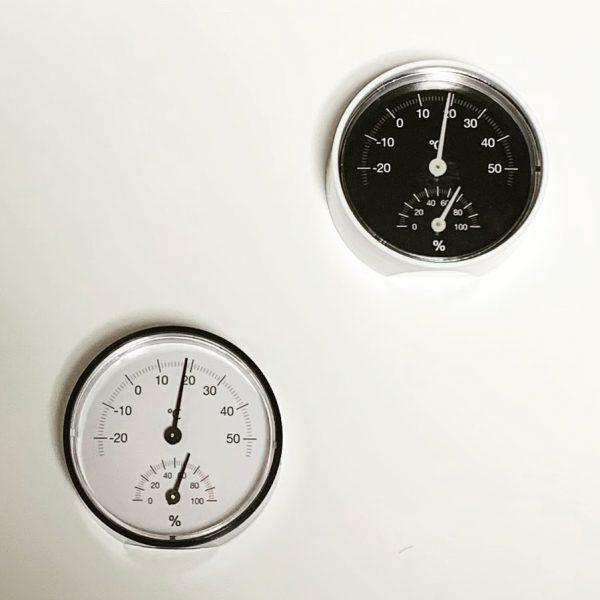 お部屋の快適度をチェックできるシンプルな温湿度計