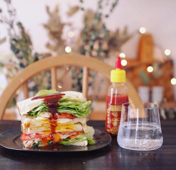 ボリュームサンドイッチにエスニックソースを