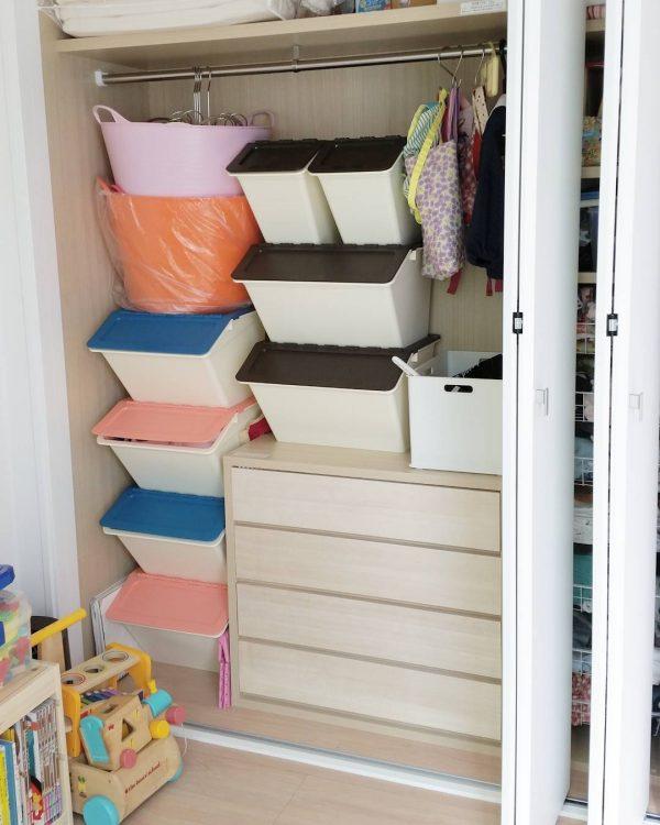 カラフルな収納ボックスでおもちゃを整理収納