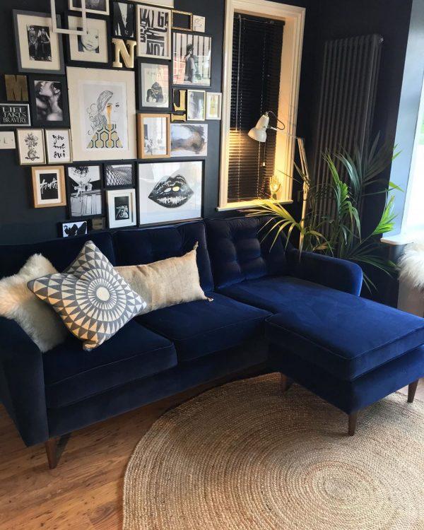 ネイビーカラーのソファ