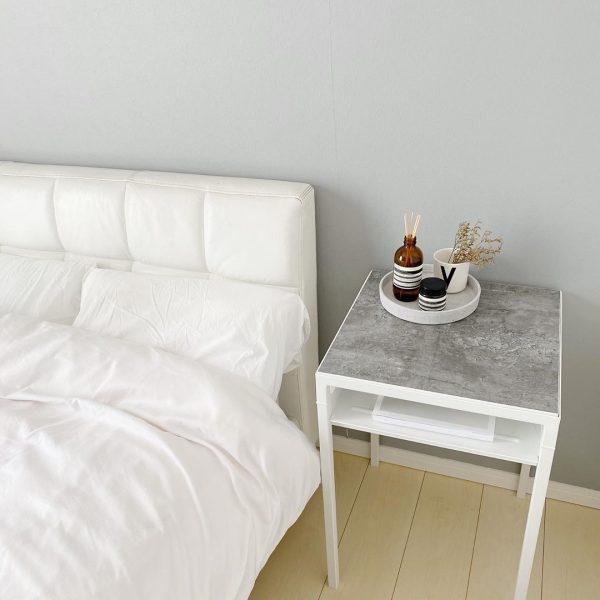 モダンで落ち着いた雰囲気のベッドサイドテーブル