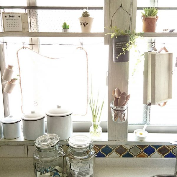 おしゃれな窓際キッチン収納アイデア