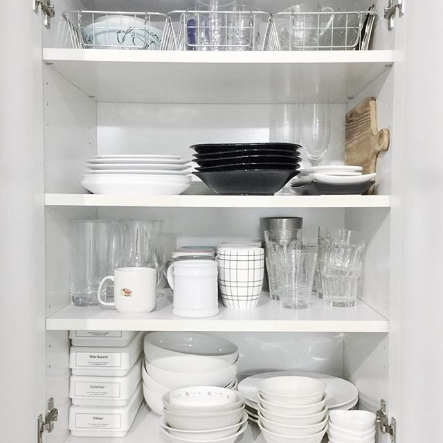 かごを使った上段の食器が取りやすい収納方法