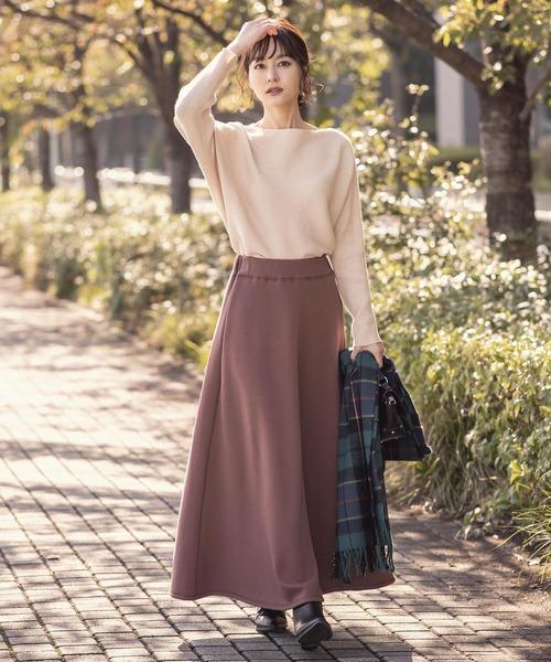 茶色スウェットスカート×ベージュニットコーデ