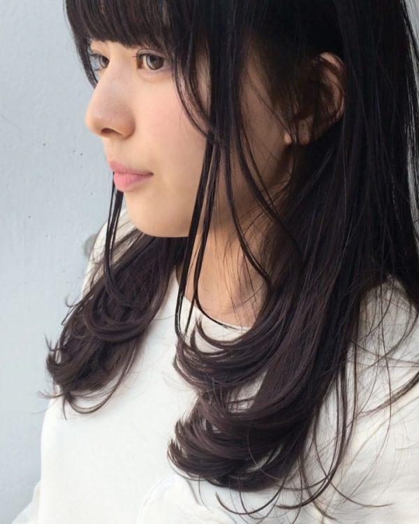 黒髪のストレートセミロングヘア