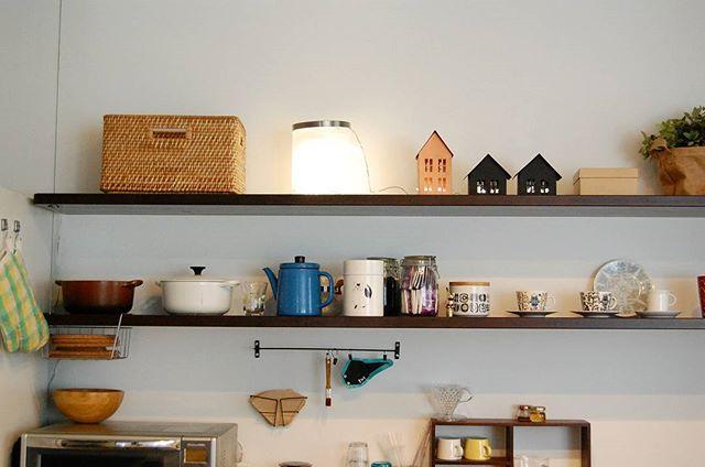 DIYした棚にお気に入りの食器と小物を飾る
