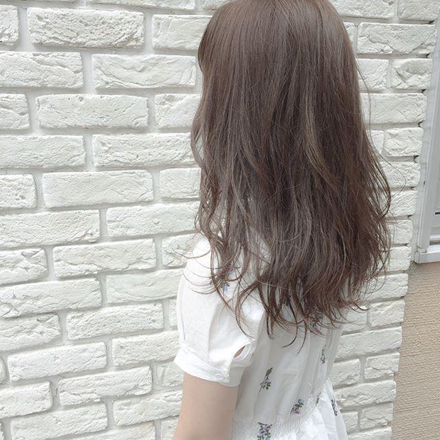 暗めのラベンダーアッシュの髪色