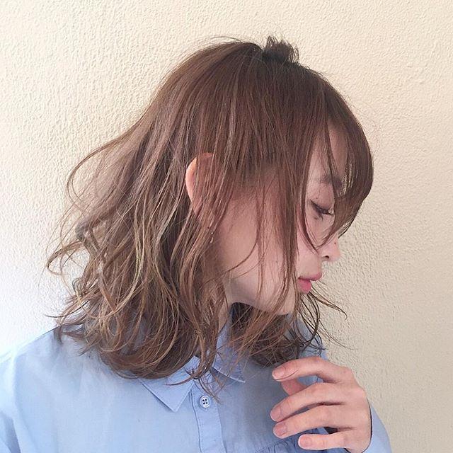 明るめのピンクアッシュの髪色
