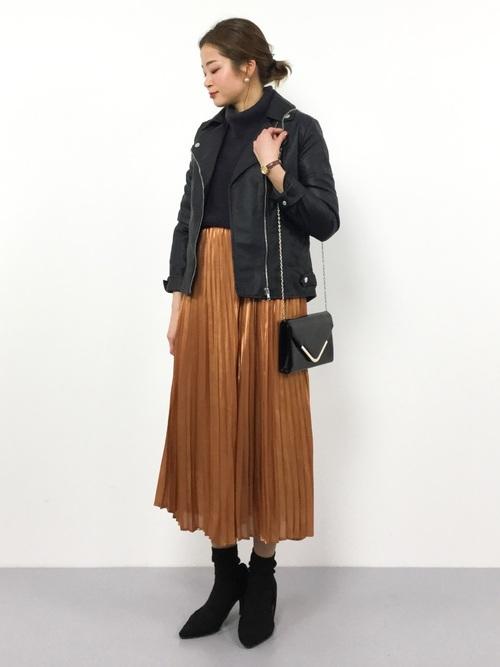 ライダースジャケット×キャメルスカート