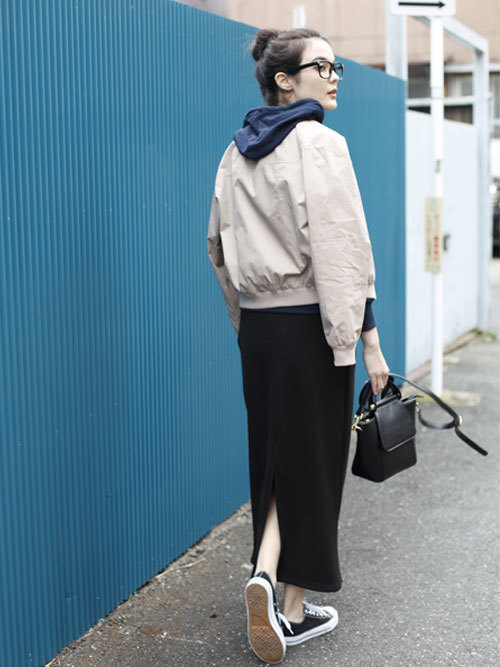 黒スウェットスカート×パーカーファッション