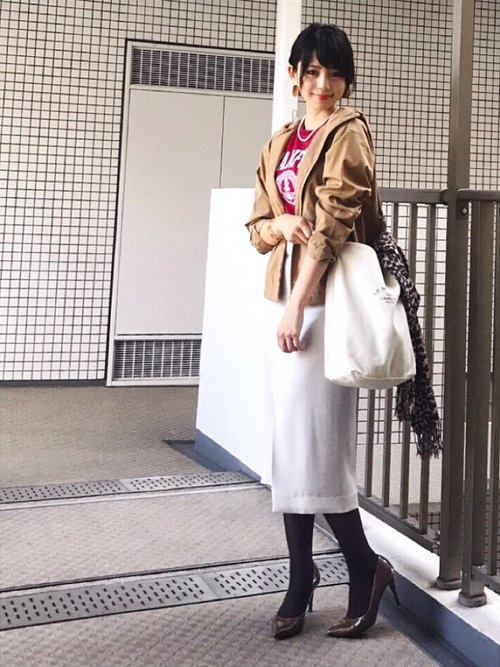 白タイトスカート×ベージュマウンテンパーカーの秋コーデ