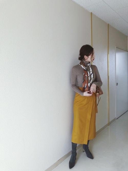マスタードスカート×柄スカーフの秋コーデ