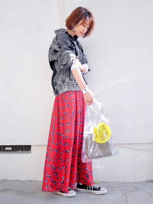 グレーデニムジャケット×花柄マキシスカート