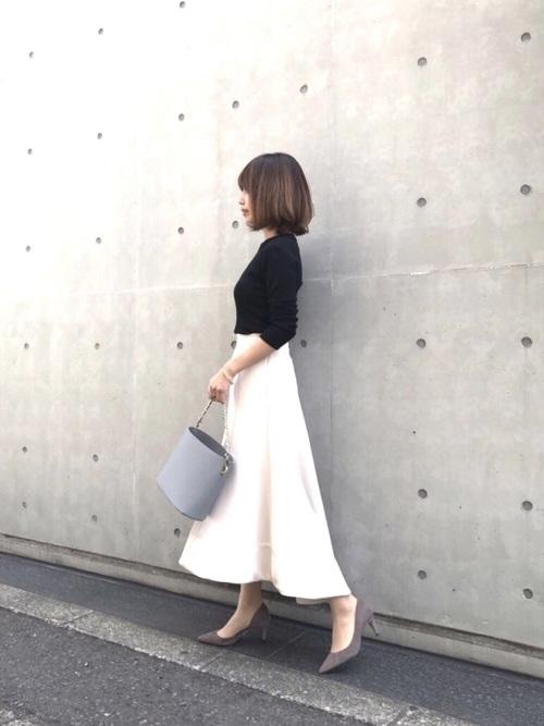 黒ニット×白フレアスカートの秋デートコーデ