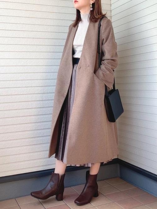 茶色コート×プリーツスカートの秋デートコーデ