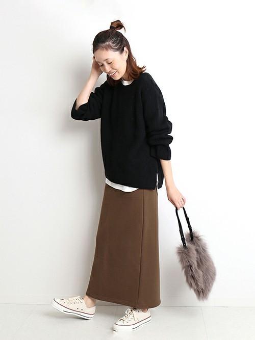 茶色スウェットスカート×黒ニットコーデ