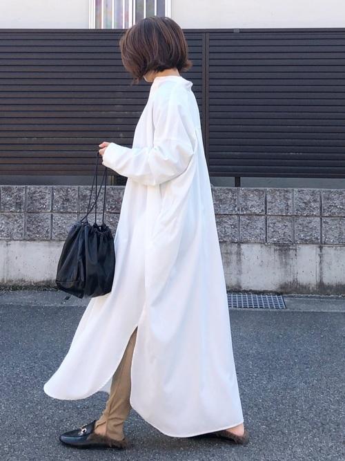 白シャツワンピース×ローファー