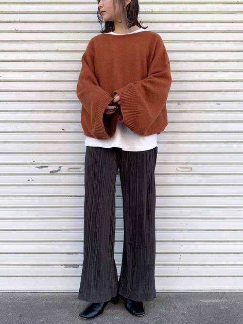 ワイドスリーブニット×グレー系パンツ