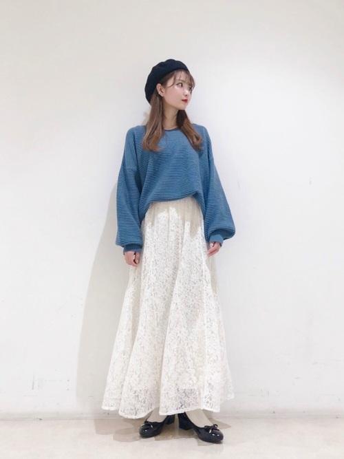 白レーススカート×ターコイズブルーニット