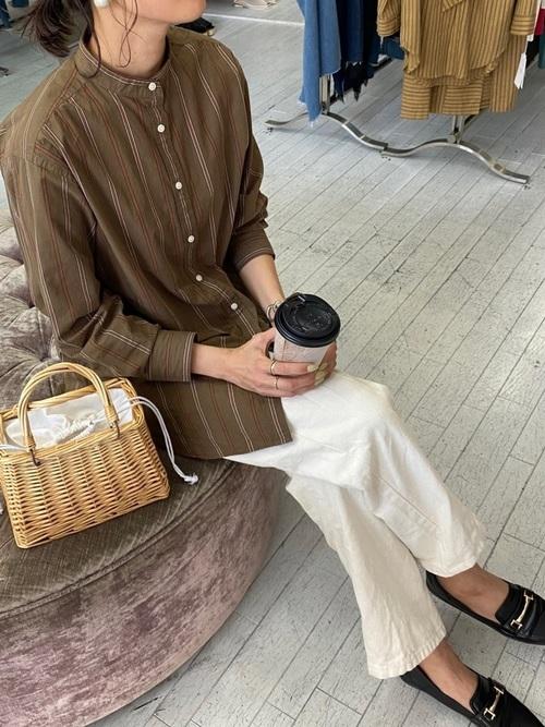 coenストライプシャツ×白パンツの秋コーデ