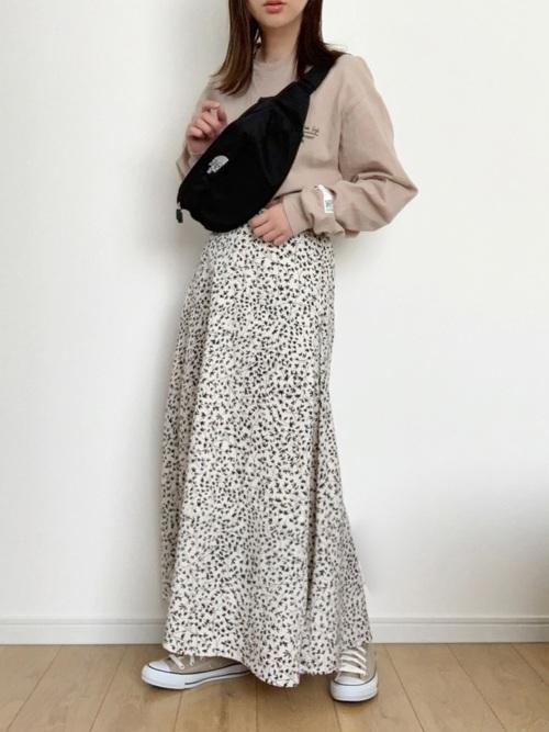 ベージュTシャツ×ホワイトスカート