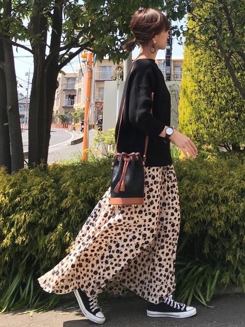 ベージュ花柄スカート×黒ニットの秋コーデ
