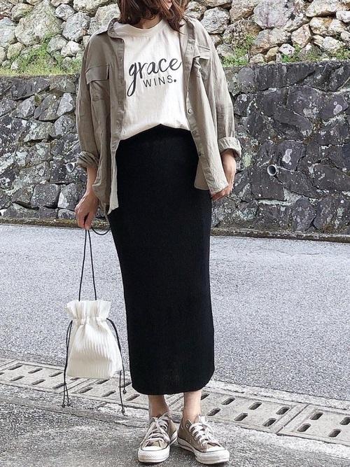 カーキルーズシャツ×ニットスカート