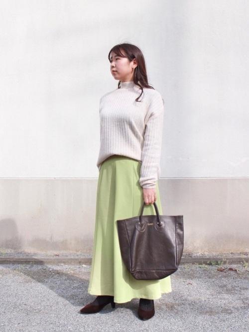 coenベージュニット×緑スカートの冬コーデ