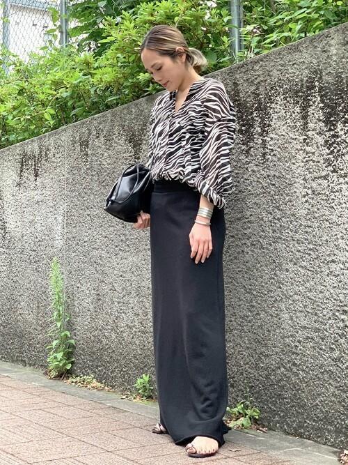 黒スウェットスカート×柄ブラウスコーデ
