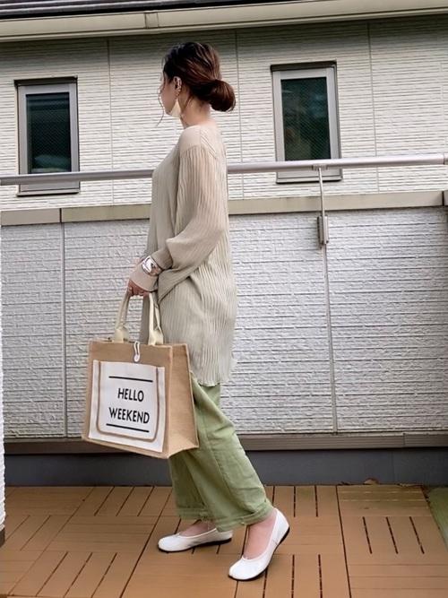 シアーニット×緑パンツの大人デートコーデ