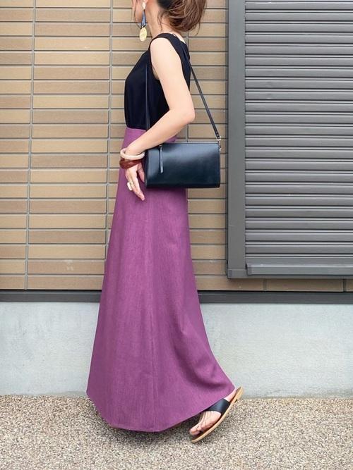 黒タンクトップ×紫スカートコーデ