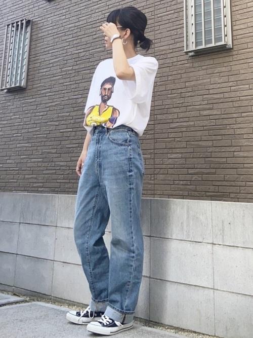 水色ストレートデニム×白Tシャツの夏コーデ