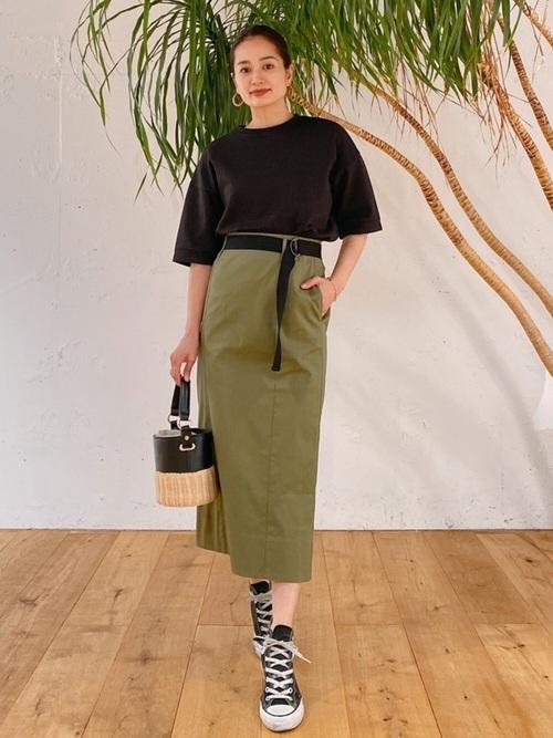 黒Tシャツ×タイトカーキスカート