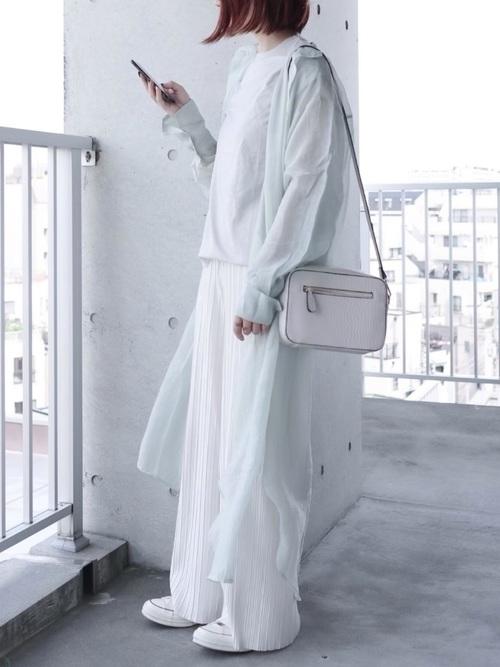 白プリーツワイドパンツ×スニーカーの春コーデ