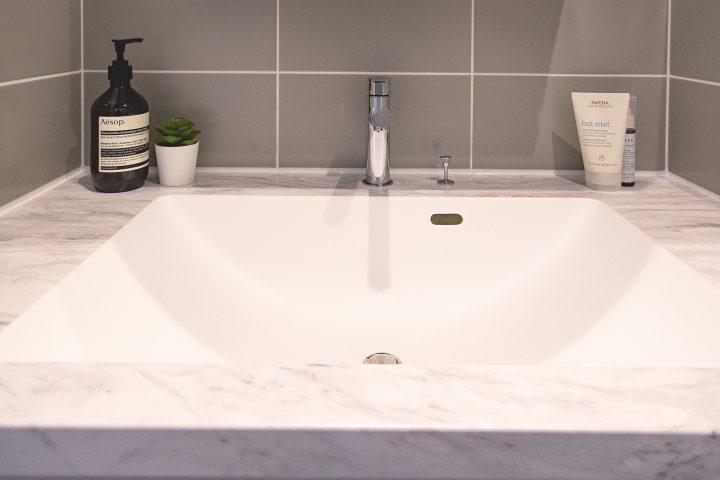 大理石をそのままくり抜いたかのような洗面台