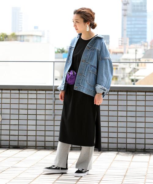 黒スリットワンピース×ビッグデニムジャケット