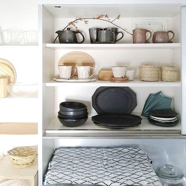食器を整理整頓してオープン棚に飾るアイデア
