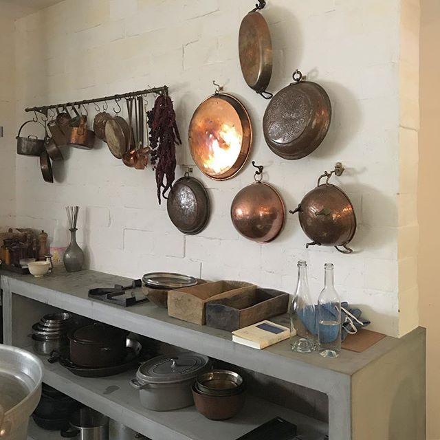 壁掛け収納で広々したキッチンに