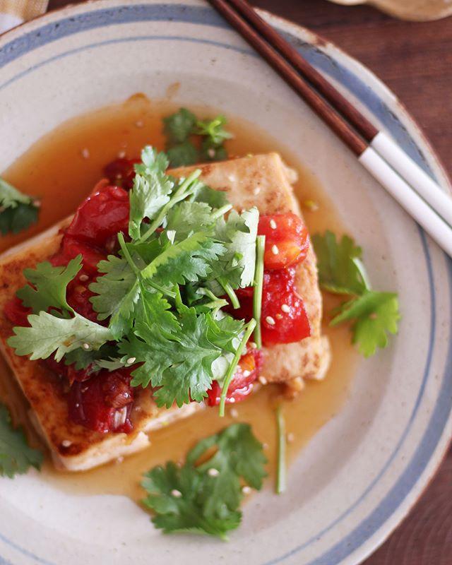 パクチーのせ!トマト照り焼き豆腐ステーキ