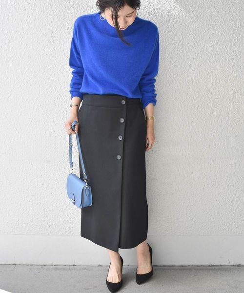 ブルーニット×黒タイトスカートファッション